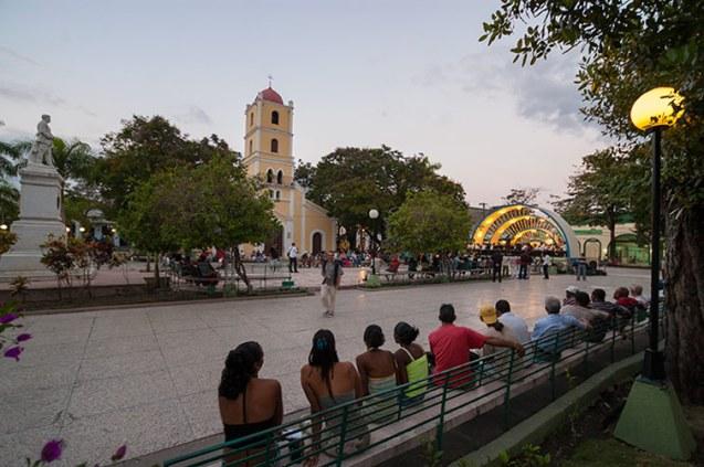 José Martí square and Santa Catalina church at Guantánamo City. / Parque José Martí e Iglesia de Santa Catalina en la ciudad de Guanatámo.