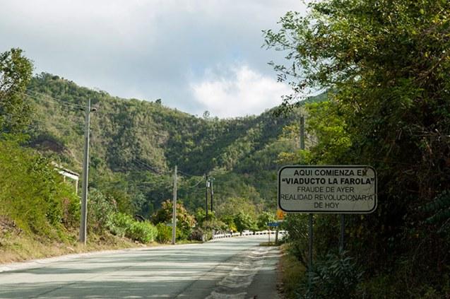La Farola viaduct, a mountain road between Guantánamo and Baracoa. / Viaducto La Farola, carretera de montaña que une a Guantánamo con Baracoa.