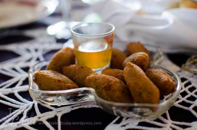 Malanga fritters with honey / Frituras de malanga con miel de abejas