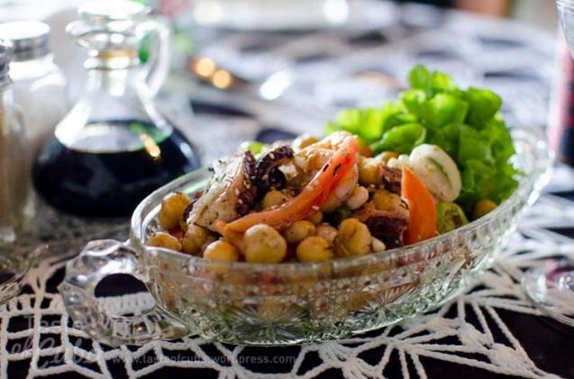 Chickpea salad with seafood /Ensalada de garbanzos con mariscos