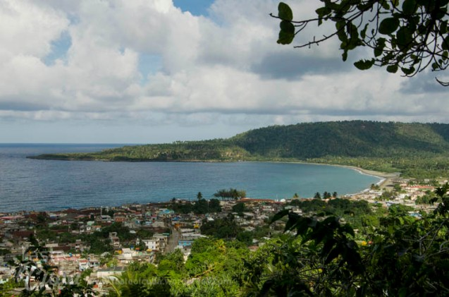 View of the Honey beach in Baracoa from the Arquelogical Museum cave. Vista de la Palya Miel en Baracoa desde la cueva Museo Arquelógico de Baracoa.