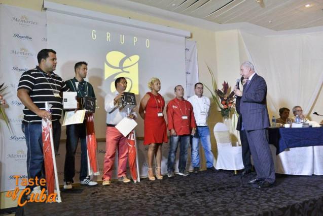 Jose Carlos Santiago entrega reconocimientos a ganadores del concurso de tapas / Foto: FERVAL