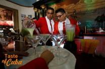 El cantinero cubano Pedro Iván Rodríguez resultó campeón este jueves del certamen El Rey del Daiquirí, competencia de coctelería que cada año tiene lugar en el Bar Restaurante El Floridita, en La Habana, Cuba 23 de julio de 2015. Foto: Jorge Luis Baños_IPS