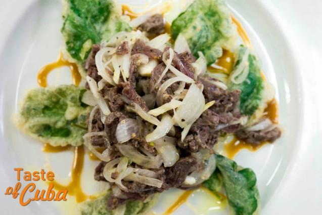 Ceviche de filete de res con tempura de rúcula en salsa de mostaza y miel. Foto: Alain L. Gutiérres Almeida